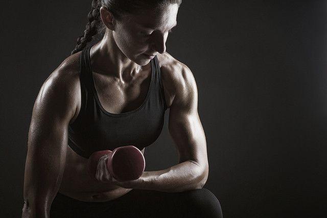 Cinco ejercicios para mejorar el agarre: levanta más peso de una forma más segura   A la hora de entrenarlas manos muñecas y antebrazosson una de la parte más importante de nuestro cuerpo y que sin embargo muchas veces dejamos de lado. Sobre todo en los ejercicios de tirón como las dominadas o el peso muerto unas manos y antebrazos fuertes pueden marcar la diferencia si queremos levantar más peso o realizar más repeticiones.  El entrenamiento para mejorar nuestro agarre puede ayudarnos por…
