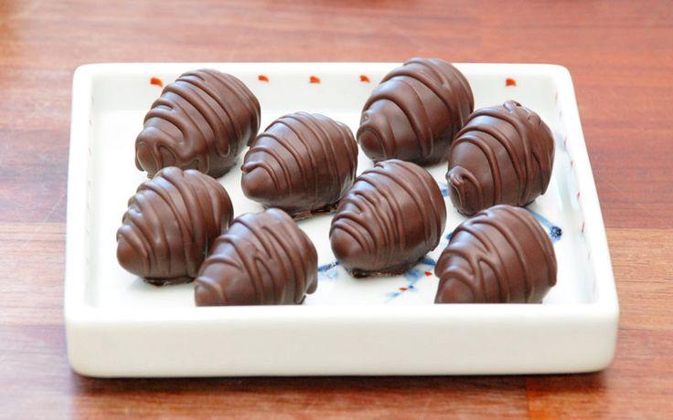 Hjemmelavet konfekt: marcipan konfekt med krokantfyld. Overtrukket med chokolade.