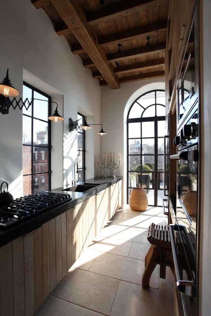 Idée Plafond Avec Poutres Apparentes En Bois Foncé, Exemple De Cuisine  Aménagée En Longueur En