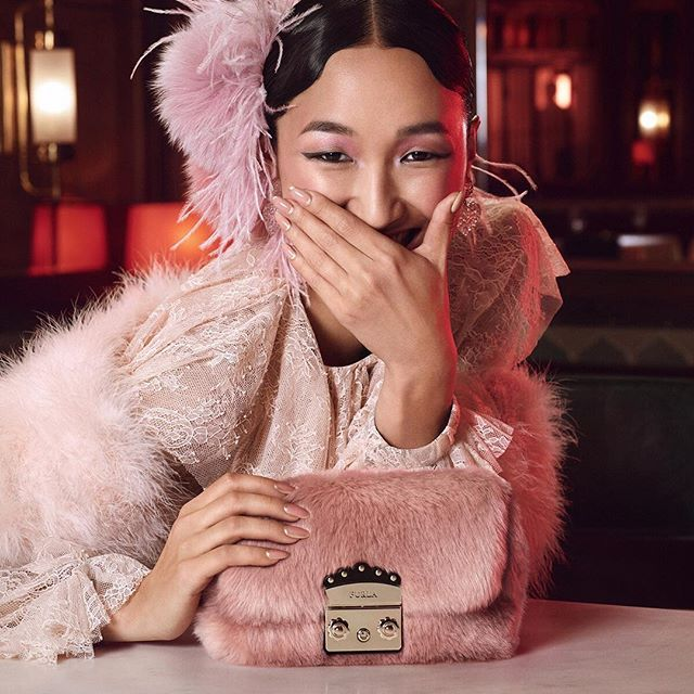She exudes effortless elegance: Furla Nuvola is an inspiration for everyone.  Discover more about her at #thefurlasociety.  #furlafeeling #furla #holiday #campaign #newcollection #furlacruise18