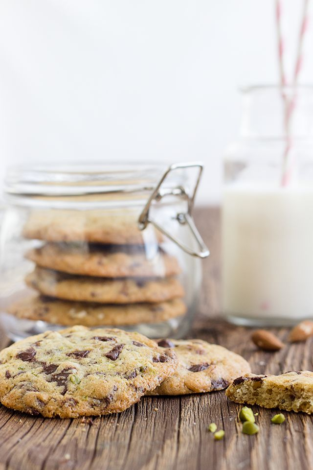 Maras Wunderland // Chocolate Chunk Cookies with Pistachios and Almonds
