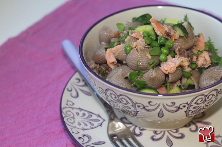 Pasta al salmone, zucchine e piselli