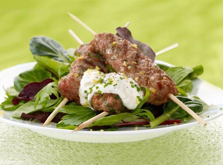 Kebab er en tyrkisk matrett som betyr grillet kjøtt. Opprinnelig ble det brukt fåre- eller lammekjøtt, i dag brukes også oksekjøtt. Server gjerne hjemmelaget kebab med bulgur eller hummus og en god salat til.