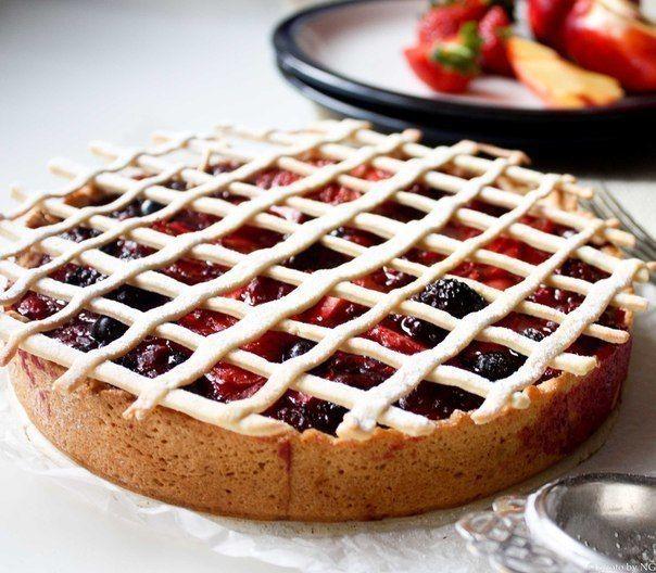 ТОП 5 РЕЦЕПТОВ ДИЕТИЧЕСКИХ ПИРОГОВ   1. Низкокалорийный ягодный пирог: правильная выпечка!  На 100 гр - 172.94 ккал, белки - 5.74, жиры - 5.05, углеводы - 24.98   Ингредиенты:  • 120 г цельнозерновой муки  • 1 яйцо  • 1.5 стакана малины или вишни, можно замороженной  • крахмал, оливковое масло, вода - по 1 ст. л.  • 1 ч. л. разрыхлителя  • стевия   Приготовление:  Взбить яйцо со стевией, а разрыхлитель размешать с мукой. Все соединить. Добавить масло, воду и замесить тесто. В идеале тесто…