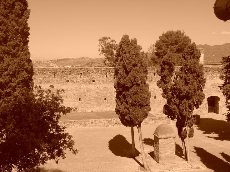 Garita y árboles del patio de armas.