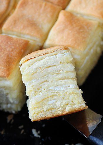 SASTOJCI 700 g brašna pola kockice svežeg kvasca 1 kašičica šećera 3 kašičice soli 400