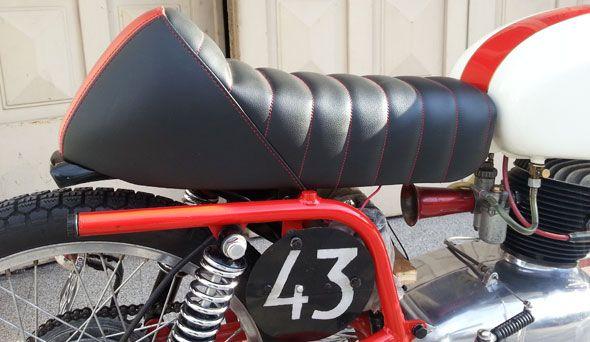 Vendo moto Gilera 150 SS Cafe Racer. La moto es Italiana y está inmaculada por donde se la mire. El motor está hecho para competición, está llevado a 175 cc, tiene la admisión agrandada, tiene una caja de cambios rápida de carrera, tiene un árbol de leva milano taranto, todo 0 km, tiene un carburador dellorto 20 mm. Las llantas están modificadas y son de aluminio, la masa delantera esta ventilada por agujeros de un lado y por el otro entrada y salida de aire. El tanque está pintado y…