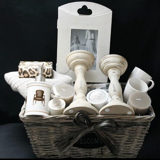 huwelijkscadeau-romantiek-en-sfeer-is-een-prachtige-trouwkado-voor-bruid-en-bruidegom-met-kandelaars-en-mooie-houten-white-wash-drieluik-fotolijst.gif