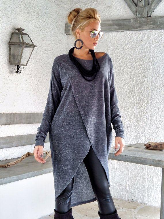 Gris cálido invierno de punto blusa asimétrica / gris cálido invierno túnica / asimétrica blusa / gran tamaño flojo blusa / #35142 Esta elegante y cómoda blusa asimétrica es una creación debe tener. Usted puede usarlo con pantalones, jeans o con medias. -Artículo hecho a mano -Materiales: Tela Stretch gris con detalle de hilo de plata de punto caliente -El modelo usa: tamaño - pequeño, color: gris -Ajuste: Floja -Longitud: 110 cm / 43,5 pulgadas (en la parte tr...