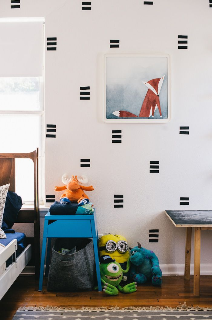 Removable black contact paper is responsible for this graphic wall design. #DIY                                                                                                                                                                                 Mais