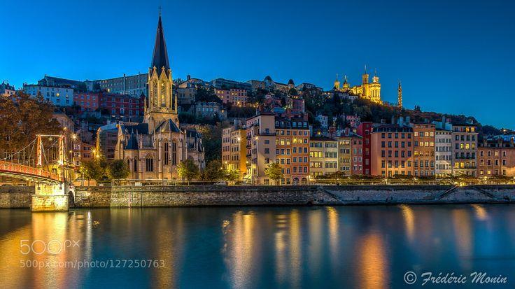 Quartier St-Georges à Lyon Eglise St George et Passerelle St George sur la Saône à Lyon. En arrière plan la Basilique de Fourvière et la Tour de Fourvière