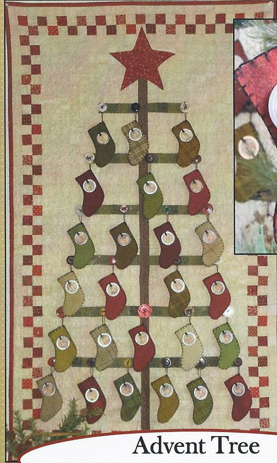 Este patrón de Árbol de Adviento por Rhonda McCray para roscas de granja incluye: la lista, tamaño sin cortar plantillas, diagrama de diseño ilustrado corte, empalme y acabados instrucciones necesitan para hacer este Adviento árbol pared colgante tejido (28 x 46) y el almacenamiento de ornamentos. El edredón y las medias son chatarra amigable.  Este listado está para un patrón de papel NIP que será enviado en una bolsa de cremallera plástica dentro de un poli sobre de la burbuja para viajar…