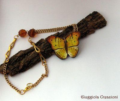 Collana con ciondolo in legno dipinto a mano e perle a globo in vetro