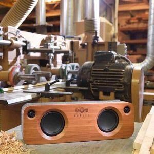 Aan de bovenkant van het apparaat vind je verbindings- en volumeknoppen. Als je het volume aan wilt passen, laat je een smartphone veilig in een broekzak of tas zitten.   #Houseofmarley #GetTogether #portable #audio #draagbaar #bluetooth #speaker #rebellenclub #derebellenclub #loods5 #loods5.nl #webshop #recycle #rewind #bobmarley #marley