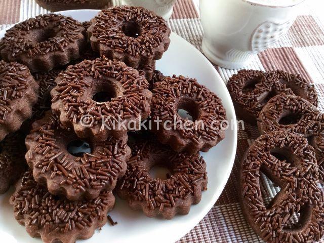 I biscotti al cioccolato sono dei golosi biscotti di pasta frolla, molto semplici e veloci da realizzare. Ideali per ogni occasione. Ottimi.