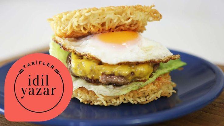Uzakdoğu ve Amerika mutfağının kesiştiği noktada doğan müthiş bir lezzet: Ramen Burger!  Ramen Burger için Malzemeler:  100 gram Kıyma 1 çay kaşığı Susam Yağı 1 çay kaşığı Soya sos 2 paket Noodle 2 adet Yumurta 1 dilim Burger Peyniri Marul Ketçap