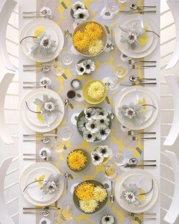 こちらはマリメッコの人気柄ウニッコ。柄に合わせて、ボウルやお皿に黄色と白の花を飾り、全てを同系色の花のテーマでまとめた上級者テクニック!