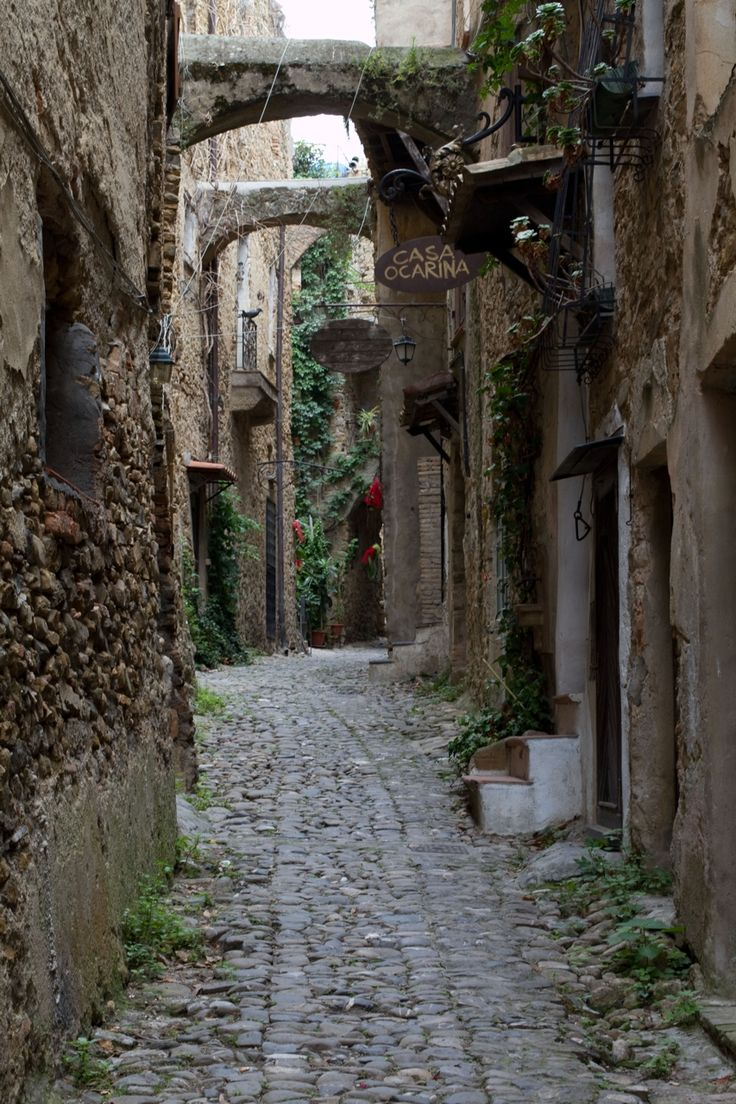 #Bussana Vecchia è una parte speciale dell'insediamento di #Sanremo . Un piccolo angolo che racchiude una storia unica, tragica e di rinascita ... http://www.liguriaslow.it/bussana-vecchia/# ---------------------------- Bussana is a special part of the settlement of Sanremo. A small corner that contains a unique history, tragic and rebirth... http://www.liguriaslow.it/en/bussana-vecchia/     #liguria #liguriaslow