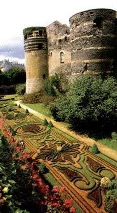 Château d'Angers du Moyen-Age (1200) avec son fossé fleuri dans le département de Maine-et-Loire en France.