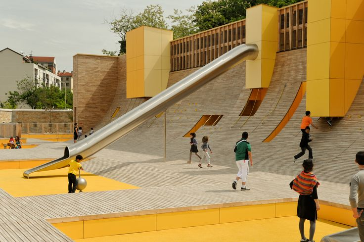Aires de jeu au parc Blandan à Lyon, France                                                                                                                                                                                 More