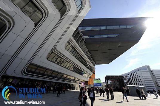 В новом университетском городке прежде всего бросается в глаза необычное здание библиотеки, спроектированное студией Zaha Hadid. Вокруг него сосредоточены остальные здания. Футуристическая архитектура привлекает внимание своей оригинальностью. Не на последнем месте находится практичность внутренних помещений – ведь все-таки это университетский городок.