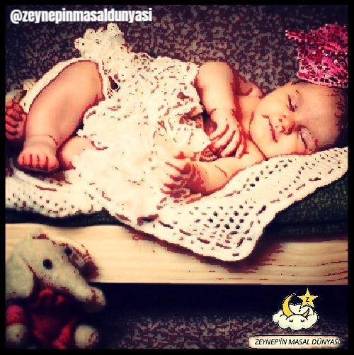 """❌ Bebek bakımında doğru bilinen yanlışlardan birisinin de """"Bebeği Sallamamalıyım"""" düşüncesi olduğunu biliyor muydunuz❓ ⭕️ Bebekler anne karnında sallanırlar ⭕️ Sallama işlemi, orta kulaktaki vestibüler sistemin uyarılmasına sebep olduğu için denge yeteneğinin gelişmesine yardımcı olur. ⭕️ Bebeğinizi uyuturken hafif ve küçük ritimler halinde sallayabilirsiniz. 😉 Ancak dozunu iyi ayarlamanız gerekli 😉"""