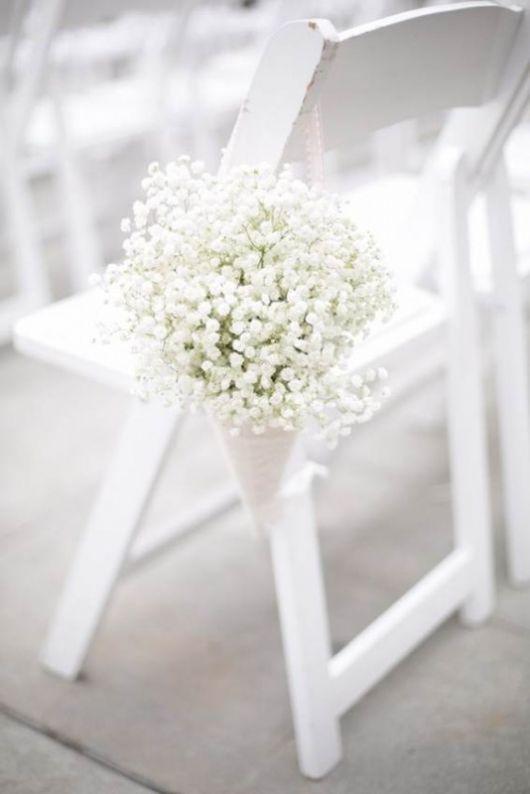 A gypsophila é um conjunto de pequenas flores, leves, quase como uma nuvem. É excelente para trabalhar em decoração floral, aguenta imenso tempo, sendo indicada para preservar, como no caso do bouquet da noiva. O seu uso na decoração é delicado e elegante.