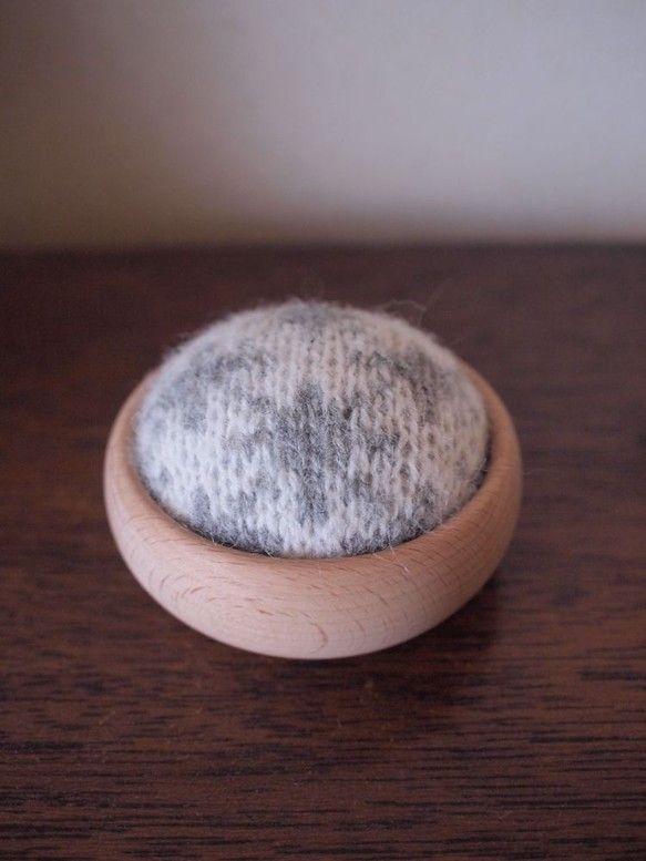 北欧にあるような模様を毛糸で編みました。 安定感のある底のブナ材の入れ物を使用しています。 沢山の針が刺せる平たい面積となっています。 プレゼントにご自身でお...|ハンドメイド、手作り、手仕事品の通販・販売・購入ならCreema。