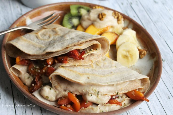 Crêpes véganes fourrées aux pêches caramélisées et à la crème glacée pêche & lucuma - Valises & Gourmandises