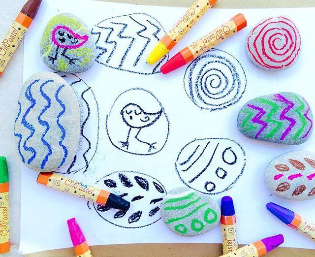 Доброе утро! Морские камушки и масляная пастель это идеальное сочетание 💙💚💜💛❤️ Рисуем яркие принты на камушках и их черно-белые дублеры на белой бумаге. Ищем пары!!💙💙💜💜💚💚💛💛❤️❤️#игрысдетьми #игрысребенком #раннееразвитие #чемзанятьребенка #идеидлядетей #играемдома #инстамама #развивалки #развивашки #творчествосдетьми #montessori #montessorilife #montessoriathome #montessoridirumah #montessoritoddler #монтессориматериалы #montessorimaterials #montessoribaby #montessoriactivity…