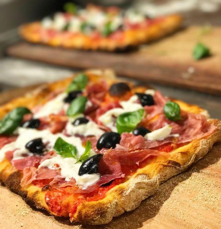 E já que 10 de julho além de ser aniversário do Jantinha é também o Dia da Pizza, eu não poderia recusar o convite do @eatalybr para aprender mais sobre a Pizza Romana. Essa da foto fui eu que abri, assei e recheei 😋😋😋. Delícia, né? #diadapizza #pizzaromana #pizza #pizzalover #pizzalovers #eatalysp #jantinhadehoje #jantinhadehojeindica #food #foodlover #foodblogger #restaurantesp #gastronomiasp #restaurantes #comerebeber #comerebeberemsp #instagood #instafood #brculinary…