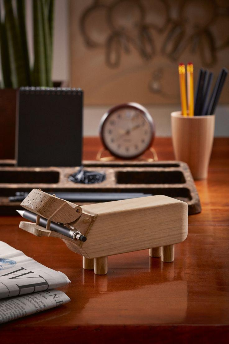 Der Kay Bojesen Hippo ist nicht nur ein Spielzeug für Kinder! Ursprünglich wurde er als Büro-Hilfe entworfen um Stifte zu halten. http://www.flinders.de/kay-bojesen-hippo-spielzeug