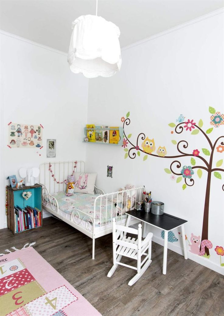 <span>Fina väggar med stickers. Säng från Ikea, bord från Bohus och gungstol från Kremmerhuset. Matta från Ellos och taklampa från Ikea.</span>