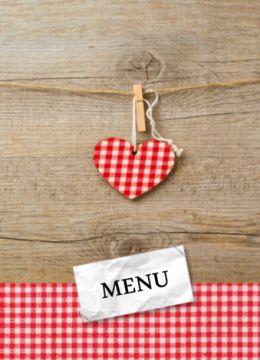 Enkele stoere menukaart met houten achtergronden rood geruit hartje dat met een knijper aan een touwtje hangt. Onderin ook een strook rood-wit geruite stof.