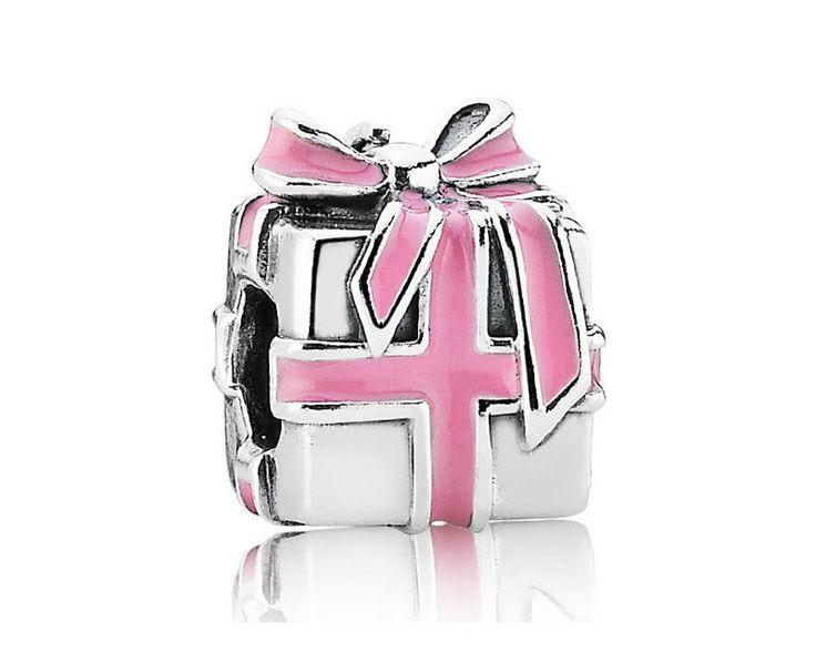 Pandora zilveren Cadeau met roze Strik bedel 791132EN24. Leuke bedel om cadeau te doen bij een verjaardag of als kraamcadeau bij de geboorte van een meisje.
