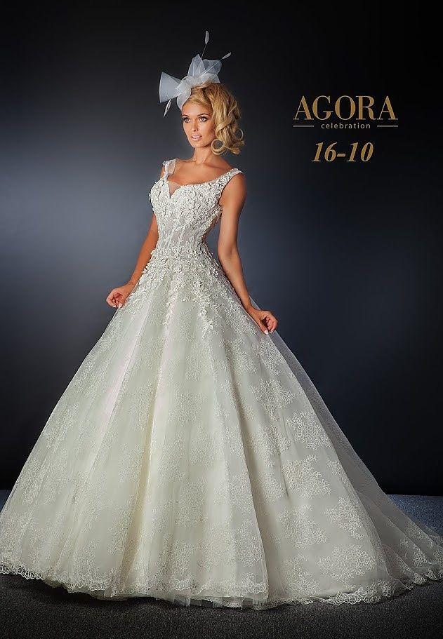 Agora 16-10, collectie 2016.  Een prachtige trouwjurk waar verschillende soorten kant zijn gebruikt. Het eenvoudige lijfje heeft een mooie halslijn en is versierd met aparte kant. Voor de bovenlaag van de wijde rok is een fijne kant gebruikt. Samen is het een prachtige combinatie. In plaats van de haaraccessoires kan ook voor een sluier gekozen worden. #kant #schouderbandjes #alijn #agora #koonings