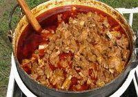 Hozzávalók:50 dkg birkahús, 50 dkg fehérkáposzta, 1 fej hagyma, 10 dkg füstölt szalonna, 1 dl tejföl, 1 ek. liszt, 1 ek. pirospaprika, ízlés szerint sókh. bors. Elkészítése:Az apróra vágott szalonnát megpirítjuk, zsírján megfonnyasztjuk a vöröshagymát, meghintjük pirospaprikával, beletesszük a kockára vágott húst, sózzuk, borsozzuk, felengedjük annyi vízzel, hogy ellepje, és lassú tűzön majdnem puhára pároljuk. …