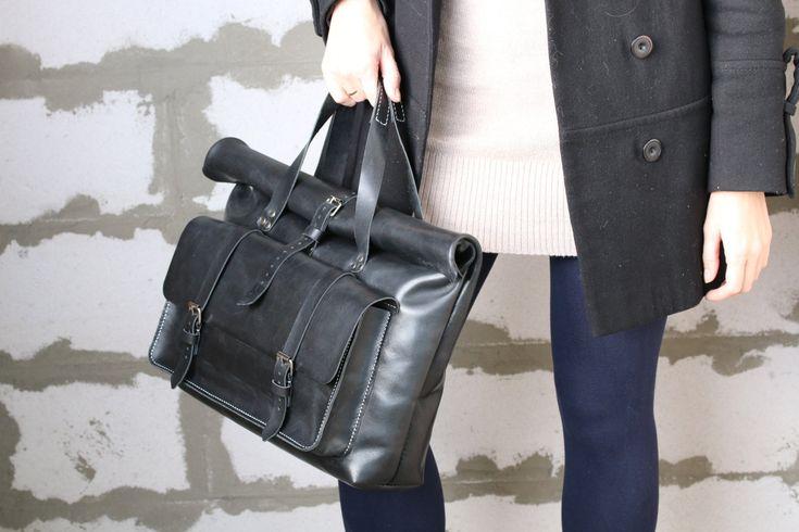 Diese atemberaubende unisex Lederhandtasche ist eine gute Wahl für den täglichen Gebrauch für Büro, Schule oder zum Einkaufen. Das Hauptfach ist groß genug für den Laptop (bis zu 13) und viele andere Sache. Außerdem hat es 2 zusätzliche Innenfächer wird einige kleineren Utensilien wie Portemonnaie, Tablet oder Smartphone passen. Darüber hinaus hat es eine geräumige Fronttasche mit 2 Schnalle Gurte schließen. Die Oberseite der Tasche ist aufgerollt und endete mit einem schließenden Riemen…