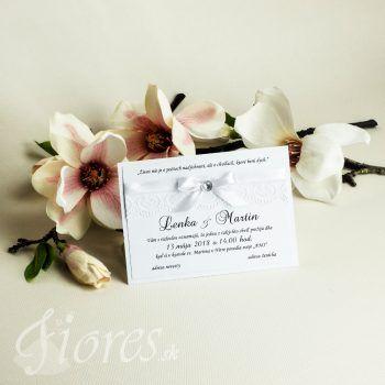 Nežné svadobné oznámenie podlhovastého tvaru v čisto bielom svadobnom prevedení. Základom je kvalitný biely výkres, na ktorom je tlačený priamo text oznámenia. #weddingcard #wedding  #invitation #fiores #fioressk