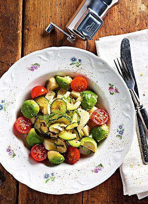 Raikas ja kevyt perunasalaatti   Tästä salaatista löytyy perunan lisäksi muunmuassa luonteikasta fenkolia ja pehmeää avokadoa.