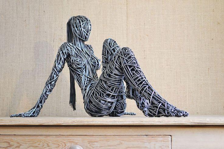Richard Stainthorp est un artiste talentueux qui utilise du fil de fer pour créer des sculptures incroyablement réalistes. Son talent lui permet de capturer les mouvements du corps en donnant vie à des créatures extraordinaires qui semblent tout droit sorties de contes...