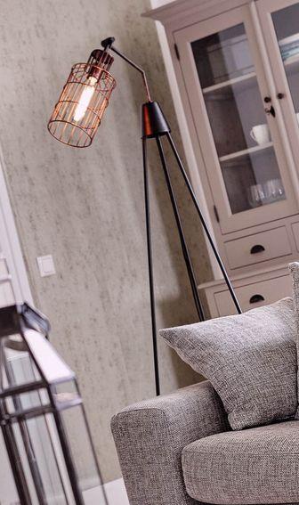 Vloerlamp Archer - deze driepoot van metaal messing in kleur brons is een industriële eyecatcher! - Goossens wonen & slapen