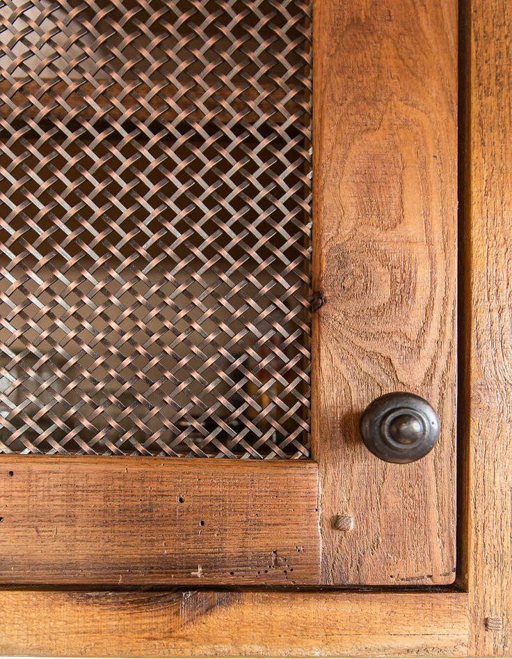 Дизайн кухни в деревенском стиле: медная решётка на двери шкафчика