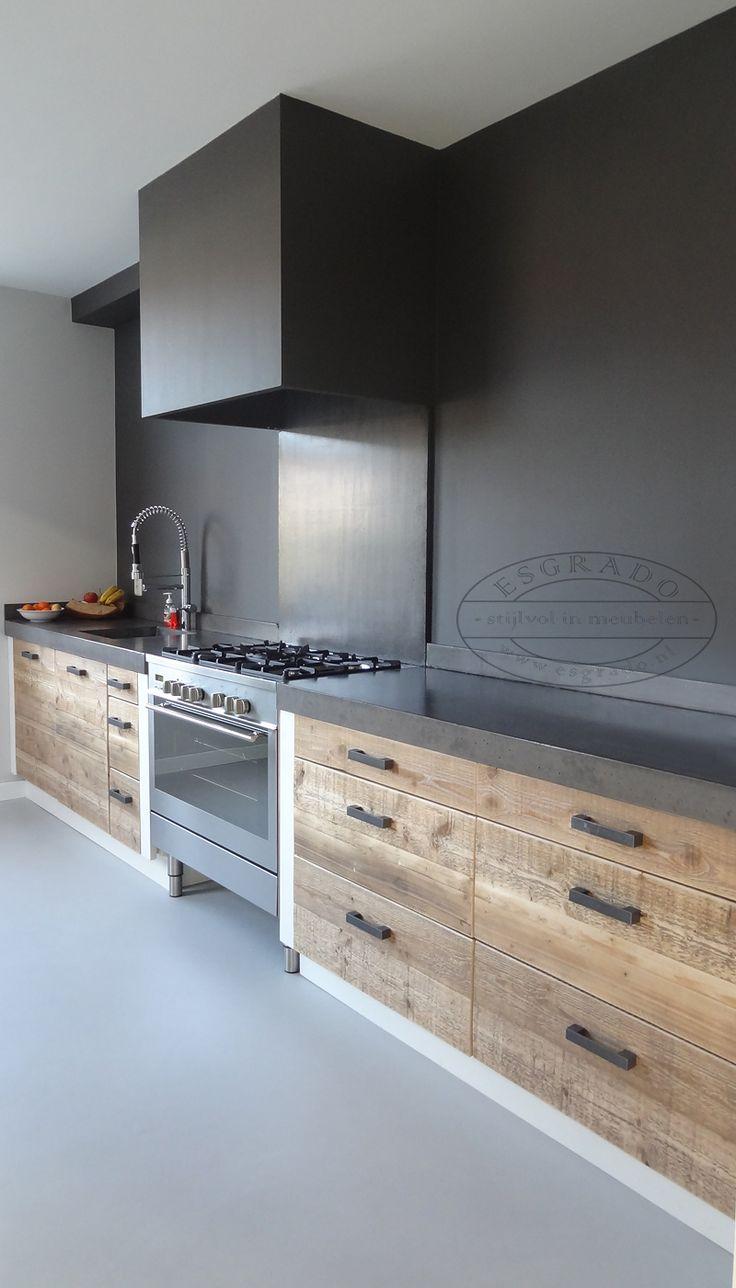 Keuken van steigerhout met een betonnen blad.