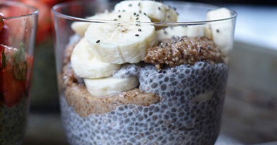 Kardemummadoftande chiapudding som toppas med skivad banan och mandelsmör. Mättande, hälsosam och riktigt god frukost!