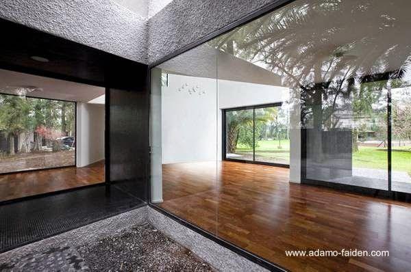 Ventanas con cristales transparentes en la casa for Ventanas hacia el vecino argentina