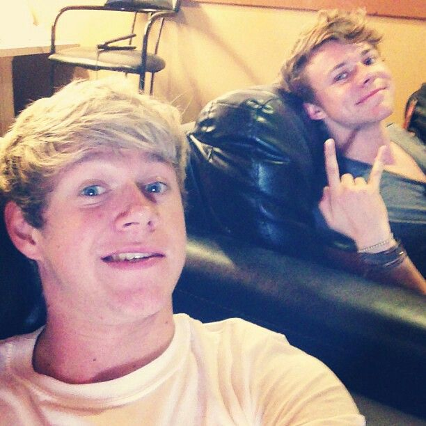 Niall with Ashton Irwin from 5SOS is that a flatiron behind them on the chair <<< well, we know what they do in their spare time.