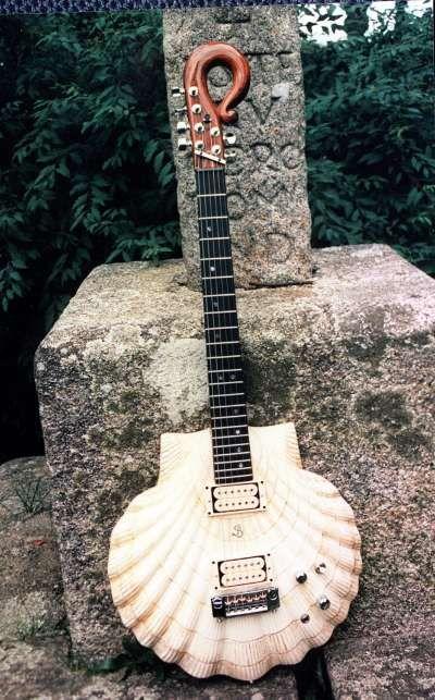 """(EFE)  Primera guitarra eléctrica """"Vieira-Báculo de Peregrino del Mundo"""", construida por el luthier Pablo Seoane, Chile ."""