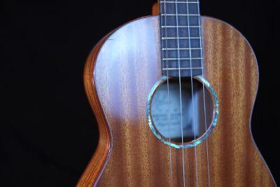 Sapele mahogany baritone ukulele detail.