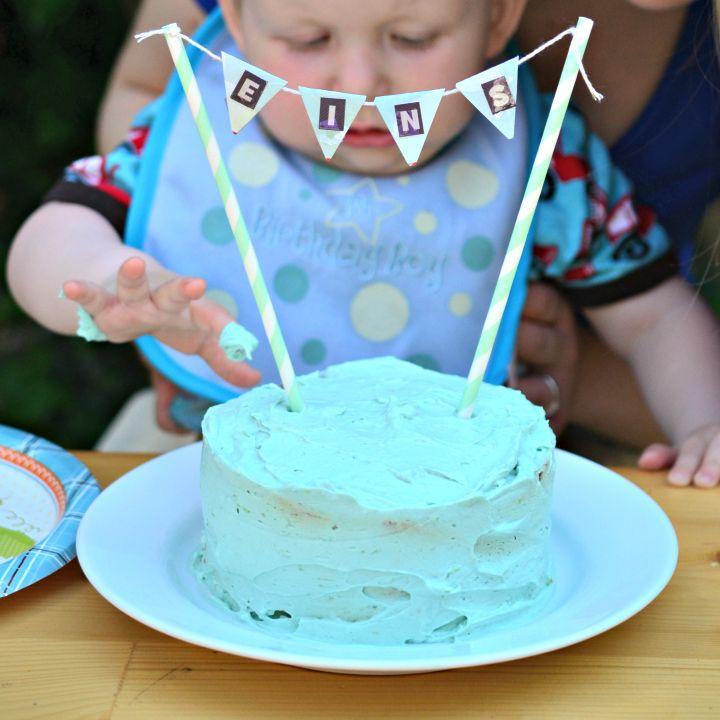 Bevor ich euch von Mampfreds erstem Geburtstag und seiner Party erzähle, gibt es das Rezept für die Matschtorte, die ich für ihn gebacken hab. Inspiration habe ich mir auf Pinterest geholt, da gibt es wirklich zauberhafte Kuchen- und Tortenideen für kleine Kinder. Schön mit Creme, damit auch ordentlich gepatzt werden kann. Die Idee war gut, doch das Kind noch nicht bereit, denn er hat nur ganz vorsichtig mit einem Finger die Torte berührt, essen wollte er sie auch nicht (die vegane…